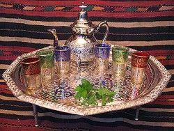 Marokkaanse theesetje  set pour le service du thé traditionnel.... verres colorés, théière en métal argenté, plateau sur pied pour faire une petite table...