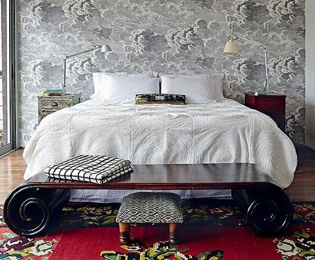 Quarto do casal   No andar superior, o cômodo tem papel de parede da Fornasetti. Aos pés da cama, peseira chinesa, da Ethnix. Tapete artesanal da Turquia. Sobre os criados- mudos, luminárias Tolomeo, da La Lampe.  (Foto: Victor Affaro)