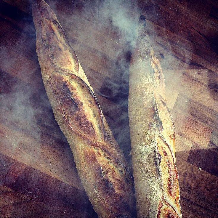 Dumanı üstünde bagetlerimiz . Ekşi mayalı harika lezzetli Teşvikiye Fırın Sokak'taki ekmekçimizde  şubelerimizden de sipariş verebilirsiniz. Peynirle şarküteri ile yemek yanında tereyağı ile şarap ve peynir eşliğinde vs vs istediğiniz gibi yiyebilirsiniz . Afiyet olsun.  #ekşimaya #baget #levain #levainbakery #sourdough #baguette #yummy #delicious #ekmek #fırın #bread
