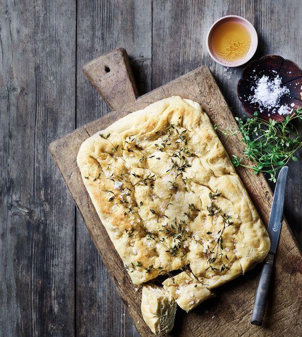 Salt skal der til. På ægget, på bordet og i brødet. Såvel smagen som hele spiseoplevelsen ændrer sig, når du bruger Maldon flagesalt i dit foccaciabrød, fordi de fine hvide saltkrystaller giver et særligt knas og en dejlig krydring.