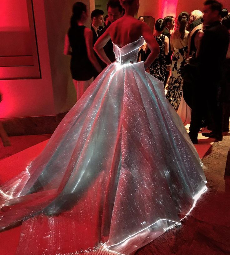 This is so amazing! I want this dress! Claire Danes wore a light up Zac Posen Cinderella gown to the Met Gala 2016.