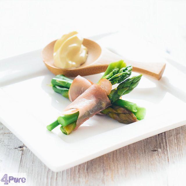 Groene asperges met parmaham en aioli Een heerlijkhapje te maken: groene asperges met prosciutto en aioli saus als dipper. Superlekker en nog gezond ook.