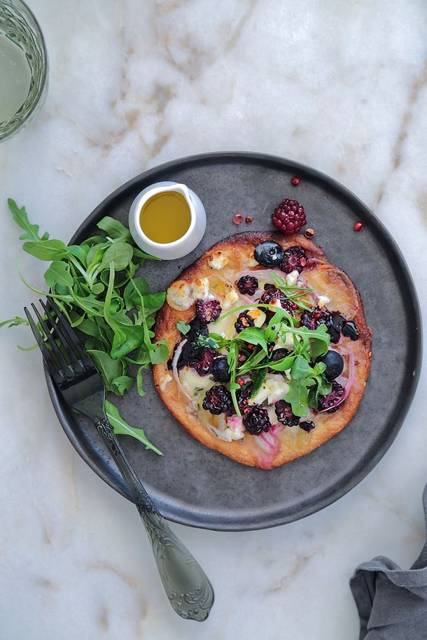 Inés Rosales pizza with goat cheese, berries and rosemary http://food-and-cook.blogs.elle.es/