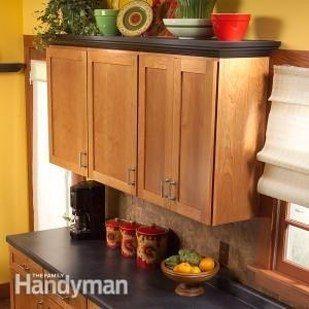 Añadir moldeo + estanterías a la cima de sus gabinetes de cocina. | 31 Easy DIY Upgrades That Will Make Your Home Look More Expensive