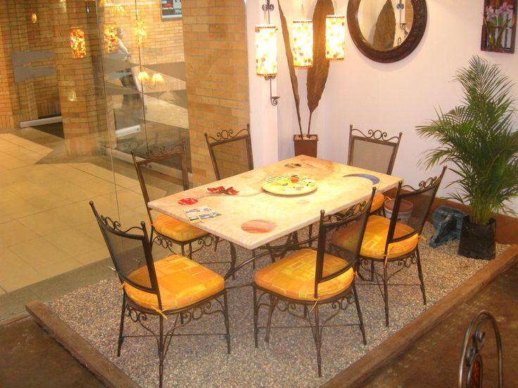 Comedor en hierro y piedra adornada de vitral. athosmuebles.com