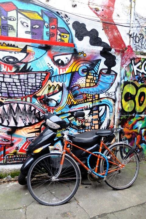 Paris 20 - quartier Ménilmontant - 88 rue Ménilmontant - squat de la miroiterie - street art - bike