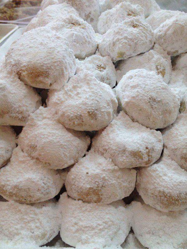 Μμμμμ!!! Μύρισε Χριστούγεννα στο BreadHouse. Φρέσκα παραδοσιακά μελομακάρονα και κουραμπιέδες! Αρώματα από φρέσκο βούτυρο, ελληνικό μέλι, φρεσκοτριμμένα καρύδια και αμύγδαλα δημιουργούν πλούσιες γεύσεις βγαλμένες από τα παραμυθία της γιαγιάς.Θα τα βρείτε στο #Breadhouse μελομακάρονα 6,50€/κιλό και κουραμπιέδες 7€/κιλό. Καλές Γιορτές!!!