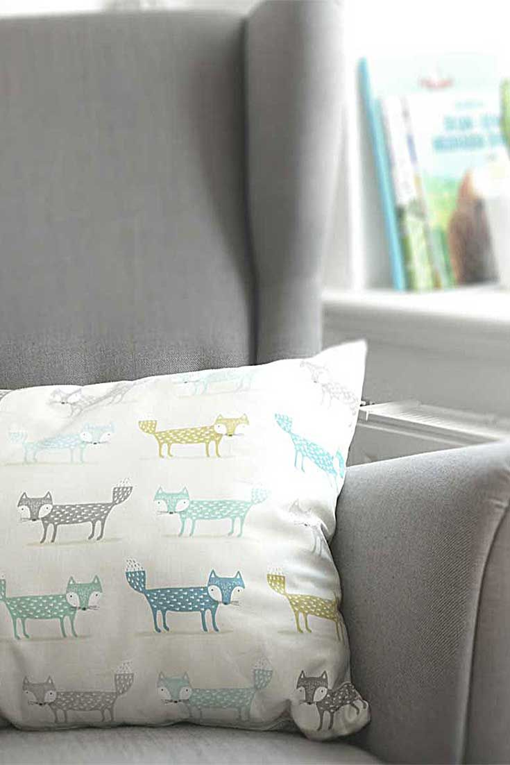 Streicheln erlaubt! Dieses Schlaufuchs-Baumwollkissen von nordic butik ist sehr beliebt, sowohl bei Kindern als auch bei Eltern. Es bringt mit seinem lebendigen Fuchs-Muster harmonische Farben und viel Freude mit Tieren ins Kinderzimmer. Sei schlau wie ein Fuchs!