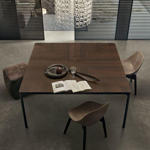 Rimadesio Flat design tafel eiken blad. De Flat tafel of vergadertafel van Rimadesio is een ontwerp dat het beste de kwaliteit benadrukt van de fundamentele Rimadesio materialen, aluminium. De strakke formele eenvoud van Flat kan perfect worden geïntegre