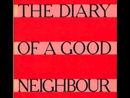 Cuando #DorisLessing publicó «The Diary of a Good Neighbour» con el #pseudónimo de #JaneSomers pretendía demostrar que los críticos valoraban los libros por la firma. Era una crítica a los críticos valiéndose de una #broma literaria. Efectivamente tuvo una acogida más bien fría, lo que confirmaría que Lessing estaba en lo cierto de no ser porque las novelas anteriores a ésta que había publicado con su nombre también la habían tenido.