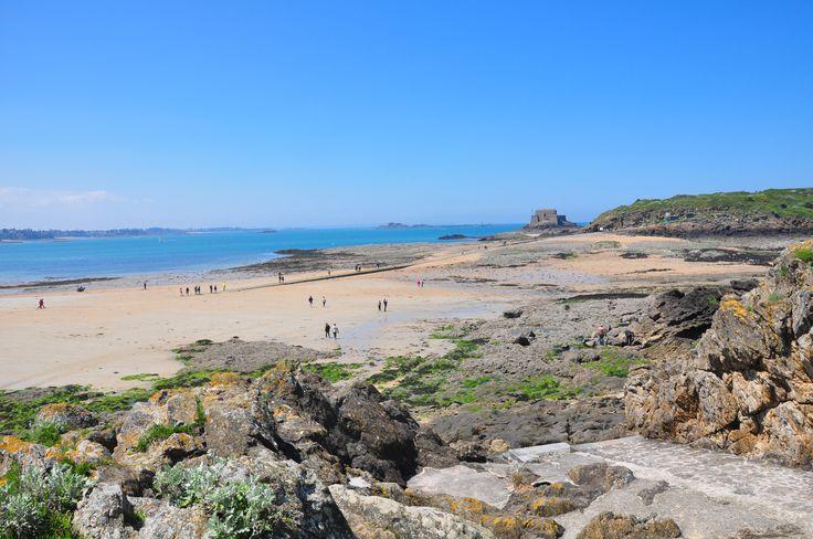 In Saint Malo laat de zee haar kracht zien, zo ziet de kust eruit tijdens eb. #Bretagne #Frankrijk