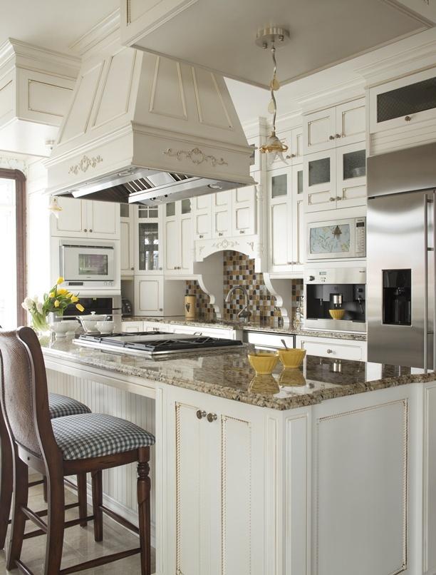 Armoires de cuisine de style classique avec une touche de champêtre. La cuisine a été réalisé en merisier laqué et glazé pour donner un aspect vieilli. Le tout est harmonisé avec un comptoir de granite, New Venetian Gold.