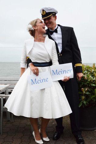 noni - knielanges modernes rockabilly Hochzeitskleid im Marinelook mit Bolero passend zum Brautkleid mit Manschetten und Knöpfen