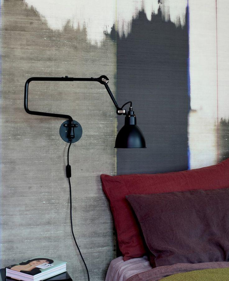 De #LampeGras N303 #wandlamp van DCW éditions is het kleine broertje van de N217-wandlamp. Deze versie heeft geen verstelbare stang, waardoor hij wat ruimtelijker oogt en er meerdere plekken mogelijk zijn om hem op te hangen. Bij het hoofdeinde van het #bed, bij de #bank of naast een #bureau; de mogelijkheden zijn eindeloos! #Flindersdesign #verlichting #wonen #inspiratie #modern #design