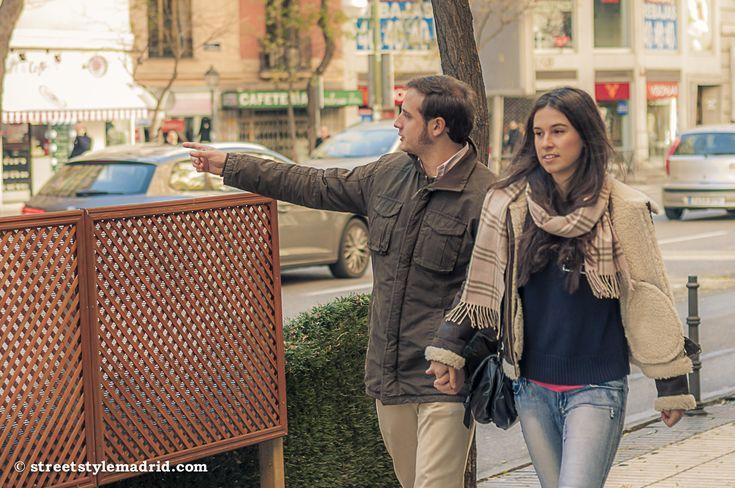 Un street style informal para empezar la semana, pero no por ello menos interesante. Bufanda de cuadros, con cazadora de cuero forrada, un jersey y vaqueros. Perfecta para una paseo por Madrid. Él,...