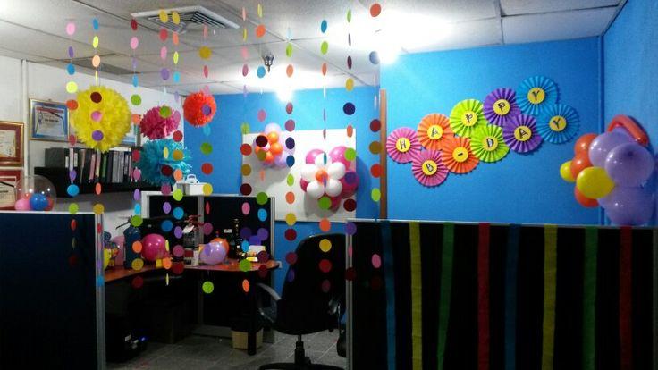 Pompones abanicos bombas cortinas guirnalda oficina happy for Decoracion cubiculo oficina