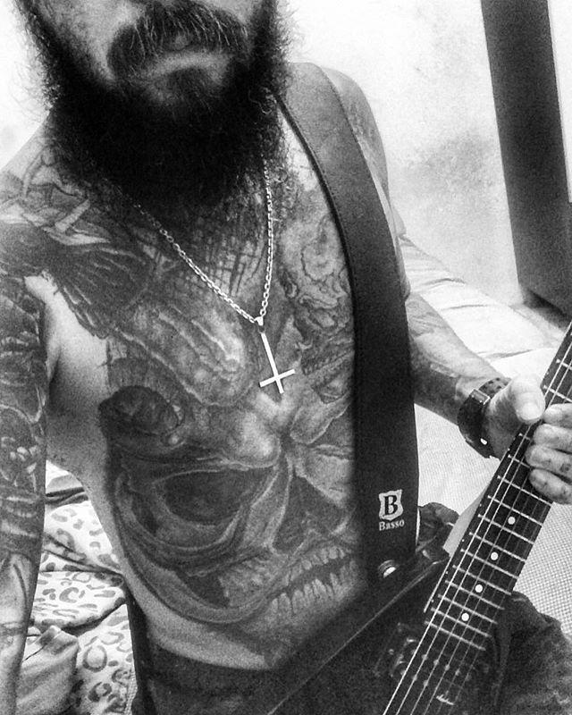 Tenho 44 anos , escuto Heavy Metal desde os 12 , passei muitas , muitas fases na minha vida , trabalhos , casamentos , perdas , ganhos ,mas a minha raiz  sempre ficou, nunca parei ou troquei meu gosto musical , sempre fui eclético, mas o metal sempre prevaleceu e sempre correra nas minhas veias independente de onde esteja , com quem esteja , ou com que roupa esteja !! #jacksonguitars #jacksonguitars # #beardsex #bearded #beardking #beardgang #beard #beards #beardlove #beardlifestyle…