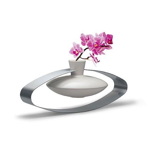 For her. Ένα κεραμικό ανθοδοχείο λευκό, με περίβλημα από αλουμίνιο. Design και στυλ.