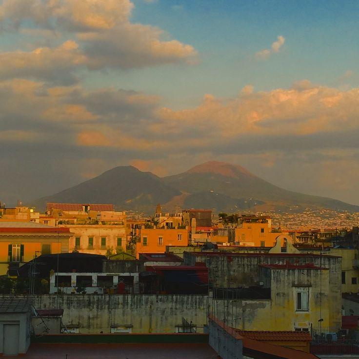 Via Toledo con il Vesuvio sullo sfondo, vista all'altezza dell'Avvocata. Foto di Armando Sichenze settembre 2015. Pensando alla pittura del '600