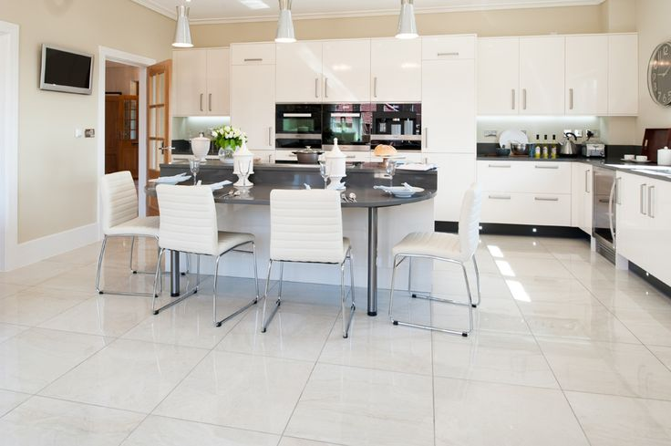 Minoli Tiles - Project 7 - Gotha - Beautiful kitchen with a bright marble look tile in polished version. This is one of the best way to enrich a white contemporary kitchen. It is Gotha Quartz Lux by Minoli - Floor Tiles: Gotha Quartz Lux 59 x 59 cm. - https://www.minoli.co.uk/tiles/gotha-quartz/ - #kitchen #marble #marblelook #marbeeffect #tile #Gotha #Minoli
