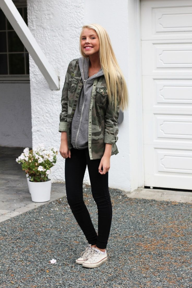 Street style: camouflage jacket, grey hoodie, black skinny jeans, and white converse.