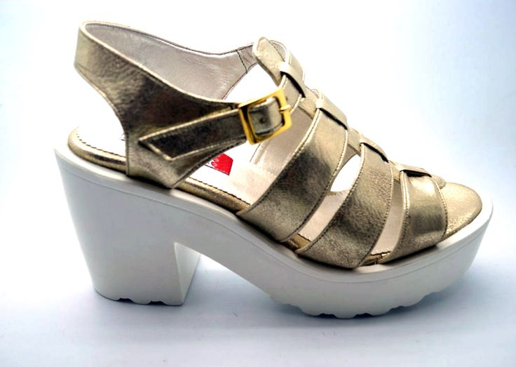 Compra aquí: www.calzadocosmos.com