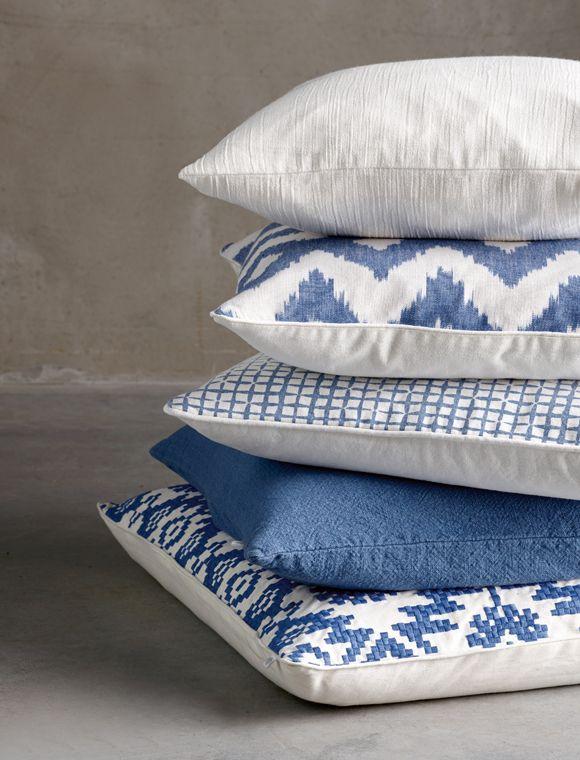 """Bedruckt! Tolles Kissen von """"TINE K home"""" aus Baumwolle mit kleinem Muster in blau! Das Kissen hat einen feinen Reißverschluss und kann bei 30° C gewaschen werden."""