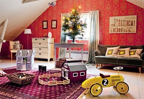 Lastenhuoneessa on tilaa leikkiä. Pöydälle on laitettu pieni joulukuusi tunnelman tuojaksi. Verhot on ommeltu itse pellavaisesta Ananas-kankaasta. | KUUSI KRUUNAA PUNAISEN TALON JUHLAN | Koti ja keittiö