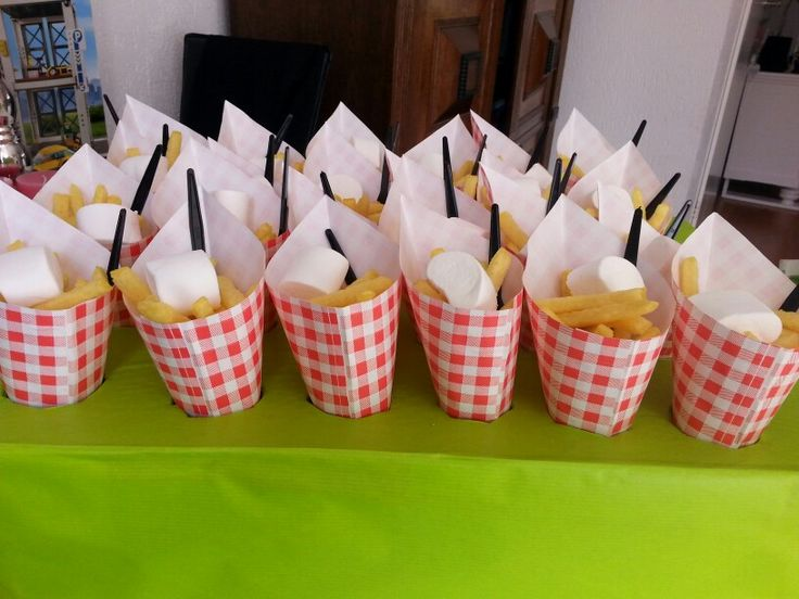 Traktatie chips friet met marshmallow mayonaise :)