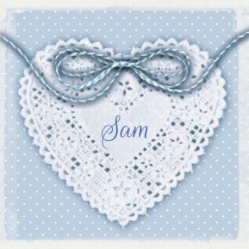 Klassiek geboortekaartje met strikje op kanten hart op blauwe ondergrond. Dit klassieke geboortekaartje met strikje kun je maken.