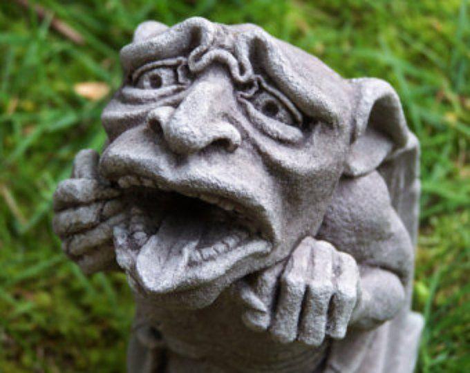 Wasserspeier Pessimisten, gotische Wasserhose, mittelalterliche Skulptur gegossen Steinkunst, Garten Statue, Richard Chalifour