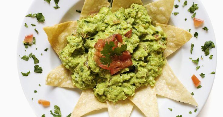 Cómo evitar que se oxide el guacamole. Los aguacates proporcionan el ingrediente principal para la salsa guacamole. El contenido verde cremoso del aguacate proporciona sabor, textura y color. Estos frutos se oxidan, o decoloran, cuando están expuestos al aire. La oxidación se produce cuando las enzimas del aguacate son expuestas al oxígeno del aire. El agregado de ácido a la receta ...