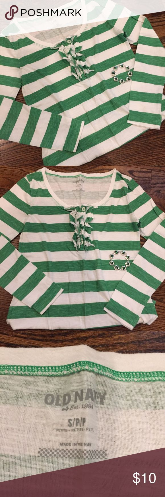 ✨New listing✨Green & white striped Old Navy tee This long sleeved green & white striped tee from Old Navy has a ruffled flounce that gives the ordinary tee silhouette added style.  This curve hugging tee is perfect for spring.  In very good used condition.  Size Small. Old Navy Tops