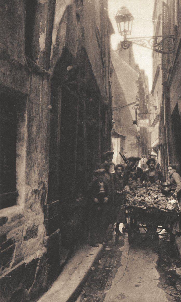 rue de Venise - Paris 4ème La rue de Venise vers 1920. A peine assez large pour faire passer une charette...
