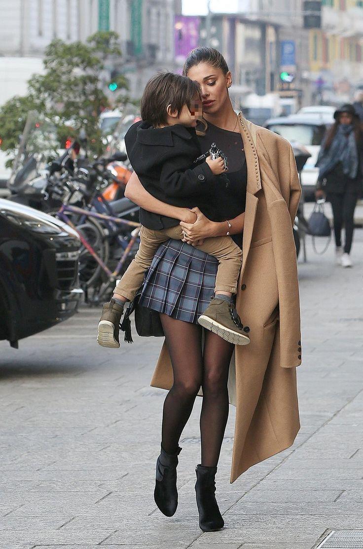 Guarda le foto su Belen Rodriguez fa shopping con Santiago e Andrea Iannone a Milano (Olycom)
