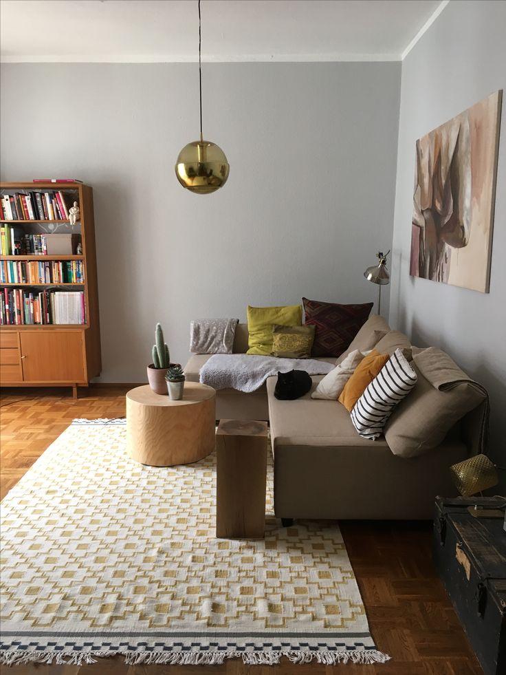 Mein Wohnzimmer nimmt Gestalt an, ich liebe Vintage Accessoires, restaurierte Möbel und selbstgebaute Holztische.