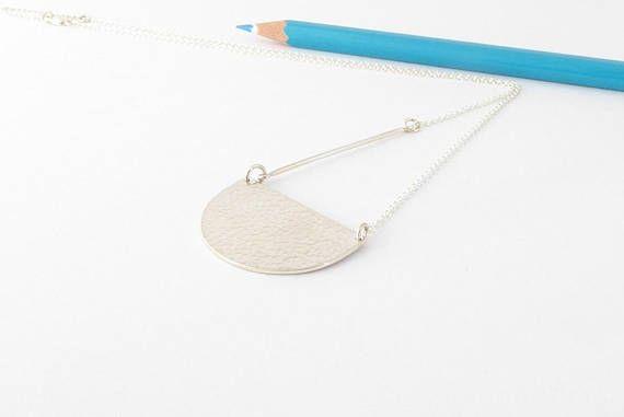 Retrouvez cet article dans ma boutique Etsy https://www.etsy.com/ca-fr/listing/580028246/silver-scallop-necklace-handmade