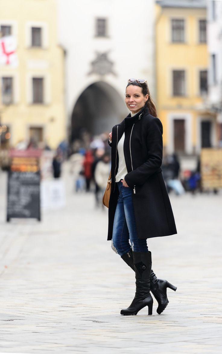 Ahojte, pekný deň vám želám :)  Dnešný outfit bude opäť jednoduchý a pohodlný, vhodný do februárového, ešte stále chladného počasia. Na sebe mám čierny kabát z minulej sezóny (Zara), biely sveter (New Yorker) a modré úzke džínsy (New Yorker). K tomuto outfitu sa hodia viac členkové topánky, no v čase fotenia bola taká zima, že som radšej zvolila zateplené čižmy (John Garfield). Kabelkou v ťavej farbe (Reserved) a slnečnými okuliarmi v podobnom farebnom tóne (Orsay) som chcela trochu oživiť…