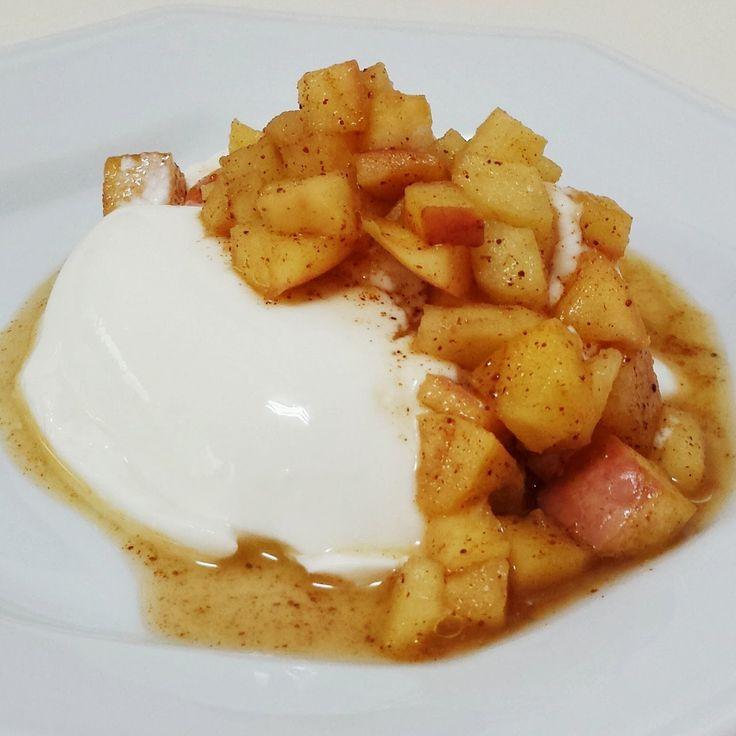 Maçãs em calda  são uma excelente opção para comer com iogurtes, panquecas e até para rechear tortas!