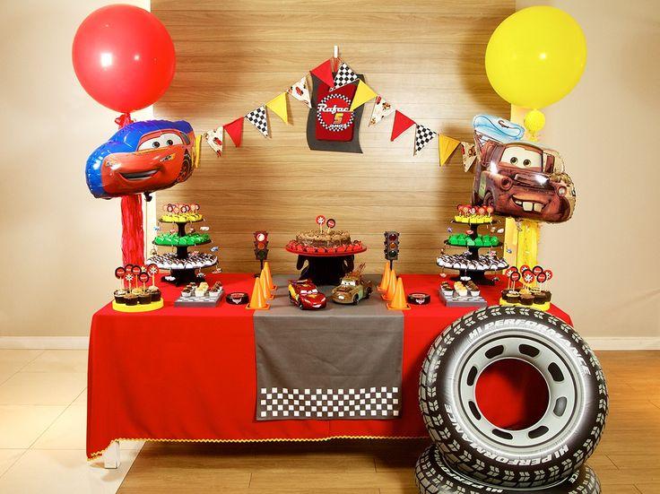 Radiator Springs é aqui! McQueen e sua turma vão adorar disputar a Taça Pistão neste cenário.