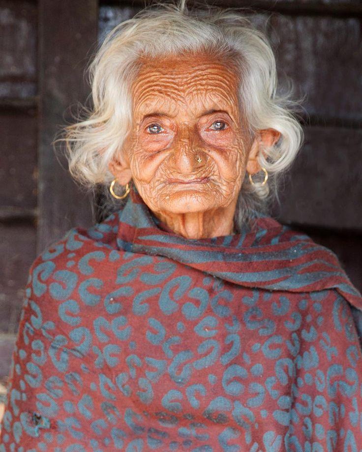 """""""Я тоже так могу"""" - вспомнила я азиатские портреты Стива Маккари, проходя мимо этой бабушки. Она неподвижно сидела на крылечке лачуги. Нащупав в кармане несколько купюр, я сделала глубокий вдох и с улыбкой подошла к женщине.  Через 5 секунд хотелось провалиться сквозь землю ... Сразу я не заметила.. - её ноги, которые давно не ходят.. И эта хрупкость фарфоровой статуэтки.. Кажется, подует ветерок - она качнётся, упадёт и рассыпется.. Боже, как стыдно тревожить такого пожилого человека.. ..."""