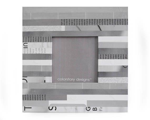 blanco y gris marco hecho con revistas recicladas
