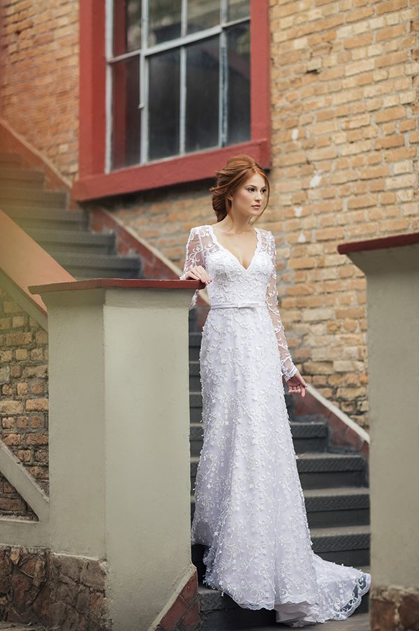 Vestido de noiva de tule bordado com manga longa e cinto de cetim com laço ( Vestido: Nova Noiva | Beleza: Agência First | Foto: Larissa Felsen )