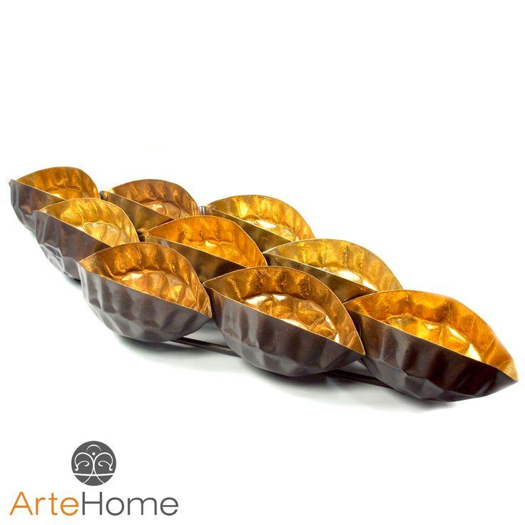 Metalowa dekoracja w postaci ozdobnego zestawu połączonych ze sobą miedzianych koszyczków o wrzecionowatym kształcie.