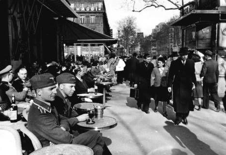 Dos soldados alemanes de la Luftwaffe en un café parisino en 1941.