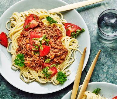 Köttfärssås med spaghetti – en italiensk klassiker som har gått rakt in i den svenska folksjälen och blivit älskad av alla! Den här smarriga såsen har en bas av nötfärs och får sina ljuvliga smaker av vitlök, timjan och morötter. Toppa rätten med färsk tomat och persilja.