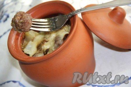 Фрикадельки в горшочкн с картошкой и грибами