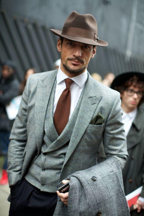 Chapeau en feutre et cravate marron sur un gilet croisé et un blazer gris #style…