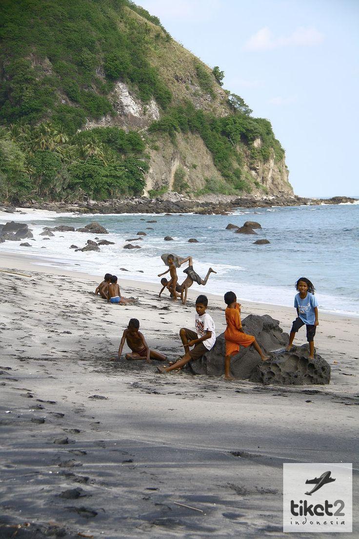 Bermain di Pantai Sikka - Flores, NTT, Indonesia