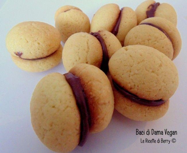I baci di dama sono dolcetti tipici del Piemonte, golosi e morbidi biscotti con un velo di cioccolato che li unisce...baci di dama vegan, irresistibili!